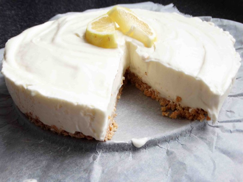 daisieskitchen.com, limoncello cheesecake, no bake cheesecake, lemon, citroen, fris, kwarktaart, monchou, amarettokoekjes, koekjes, amaretto, koelkast, koelen, klopfix, slagroom, suiker, taart